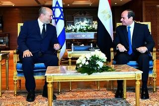 Egyptský prezident Abdal Fattáh Sísí (vpravo) sa rozpráva s izraelským premiérom Naftalim Bennettom počas ich stretnutia v červenomorskom rezorte Šarm aš-Šajch 13. septembra 2021.