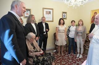 Apoštolská nunciatúra, Bratislava 13. 9. 2021 14.45 hod.: Spolu s Bezákom dorazila aj jeho rodina, pápež sa podľa arcibiskupa chcel stretnúť najmä s jeho mamou (vľavo dole).
