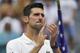 Srbský tenista Novak Djokovič plače po prehre proti Rusovi Daniilovi Medvedevovi vo finále mužskej dvojhry na grandslamovom turnaji US Open.