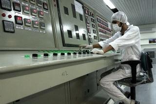 Na archívnej snímke z 3. februára 2007 pracovník komplexu na konverziu uránu.