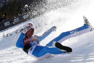 Nór Daniel-André Tande (27) stratil vo vzduchu krátko po odraze rovnováhu a spadol na chrbát.