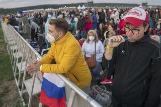 Na snímke veriaci čakajú na príchod pápeža Františka na pútnickom mieste v Šaštíne 15. septembra 2021.