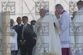 Bezák na omši po boku pápeža