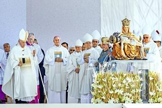 Bezák koncelebroval omšu priamo vedľa Svätého Otca a ostatných aktívnych biskupov.