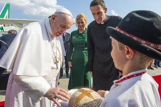 Pápeža privítali jedným bochníkom na letisku, druhý dostal u prezidentky v paláci.