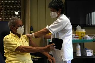 Muž v Ríme si robí fotku počas toho, ako dostáva vakcínu proti COVID-19.