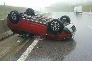 Pri nehode sa zrazili dve osobné autá, pričom po náraze skončilo jedno mimo vozovky a druhé na streche.