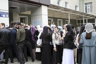 Pred volebnými miestnosťami v Rusku sa tvoria dlhé rady voličov