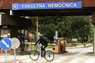 Vo Fakultnej nemocnici (FN) Trenčín pozitívne testovali na nový koronavírus 19 zamestnancov.