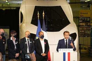 Macron predniesol prejav pred modelom nového rušňa v životnej veľkosti.