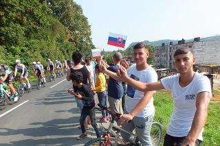 Jasovskí futbalisti Marian (15) a vpravo Mário (17) Dzurikovci sa priamo v osade tešili na cyklistov