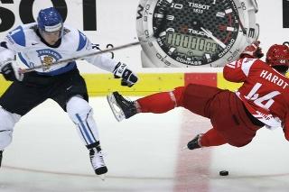 Fínsky hokejista Ville Koistinen a Dán Nicklas Hardt v súboji o puk.