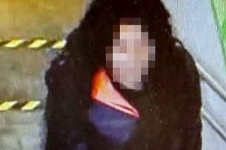 Kamerový záznam: Muža prezlečeného za ženu zachytili kamery v trenčianskom obchodnom centre.
