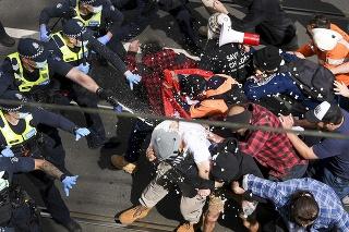 Na proteste v Melbourne zasahovalo približne 2 000 policajtov, ktorí na rozohnanie davu použili aj obranné spreje.