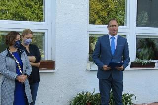 Starostka Lucia Tuleková Henčelová (41) spoločne s vtedajším riaditeľom školy Rastislavom Kunstom (49) na oficiálnom otvorení školského roka 2020/2021