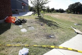Obom pilotom sa podarilo katapultovať predtým, ako stroj dopadol na územie mesta Lake Worth