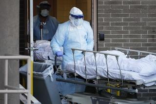 Medici presúvajú telá obetí koronavírusu v New Yorku.