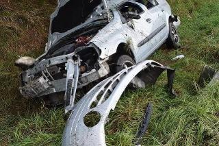 Vážna dopravná nehoda si vyžiadala ťažké zranenia vodiča a spolujazdkyne.