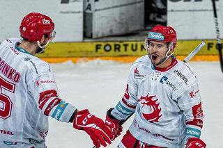 Na snímke slovenský hokejový útočník Patrik Hrehorčák (vpravo) a slovenský hokejista Tomáš Marcinko (vľavo).