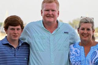 Murdaugh so svojou rodinou; synom Paulom a manželkou, ktorých postretlili a na následky zomreli.