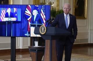 Americký prezident Joe Biden (vpravo) sleduje na obrazovke austrálskeho premiéra Scotta Morrisona (uprostred) a britského premiéra Borisa Johnsona počas spoločnej videokonferencie