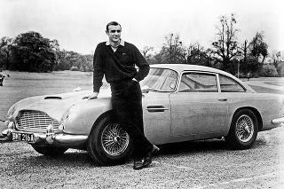 Sean Connery s Astonom Martinom DB5 Jamesa Bonda.