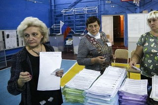 Členky volebnej komisie zrátavajú hlasy po uzatvorení volebných miestností po skončení parlamentných volieb v Rusku.