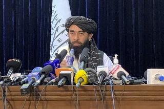 Hovorca Talibanu Zabíhulláh Mudžáhid počas svojej prvej tlačovej konferncie v Kábule.
