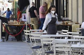 Zamestnanci musia nosiť prekryté horné dýchacie cesty (ilustračné foto).