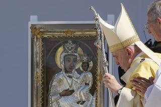 Pápež František prichádza na omšu na záver 52. medzinárodného eucharistického kongresu na Námestí hrdinov (Hősök tere) v Budapešti.