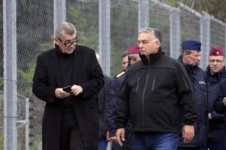 Maďarský premiér Viktor Orbán (vpravo) a český premiér Andrej Babiš počas hraničného úseku pri obci Röszke na maďarsko-srbských hraniciach.
