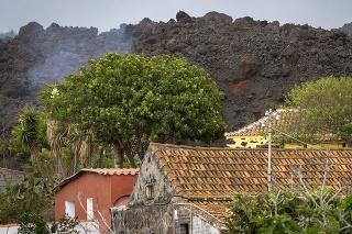 Úrady na La Palme evakuovali už takmer 7-tisíc ľudí, láva ničí domy, vinice i banánové plantáže.