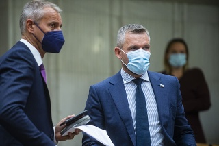 Nezaradení poslanci NR SR zľava Richard Raši a Peter Pellegrini