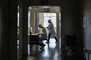 Ukrajina v boji s koronavírusom ťahá za kratší koniec.