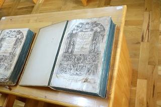 Originál (vľavo) je rozpoznateľný podľa poškodených strán. Kópiu diela pripravovali na podstrčenie v knižnici niekoľko mesiacov.