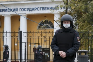Policajti pred Permskou štátnou univerzitou, kde došlo k streľbe.