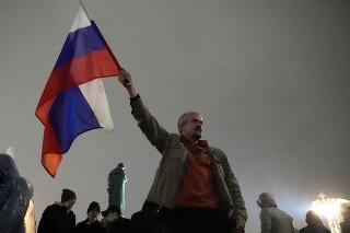 Polícia v Moskve zadržala viacerých účastníkov komunistického protestu.