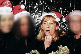 S identifikáciou pomohla aj táto fotografi a z vianočnej párty v Los Angeles.