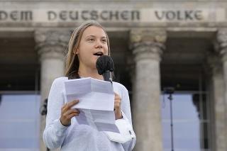 Švédska aktivista Greta Thunberg na proteste pred budovou nemeckého parlamentu.