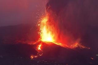 Výbuch sopky na kanárskom ostrove La Palma môže trvať tri mesiace.