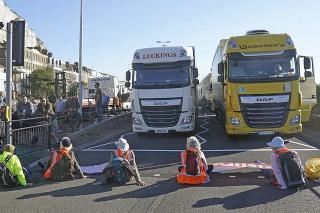 Aktivisti dočasne zablokovali prístup do dôležitého prístavu v Doveri na juhovýchode Anglicka.