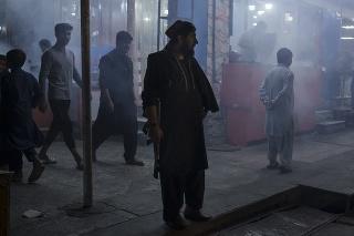 Ozbrojený muž stojí na ulici v Afganistane.