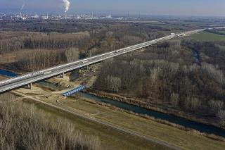 Na snímke nový Lužný most cez rieku Dunaj, ktorý je súčasťou obchvatu Bratislavy a diaľnice D4.