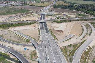 Na snímke z dronu pohľad na križovanie diaľnice D1 a D4 pred Bratislavou.