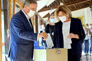 Líder CDU Laschet hlasoval s manželkou a lístky zložili naopak.