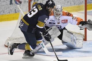 Na snímke vľavo Brant Harris (Bratislava), vpravo brankár Andrej Košarišťan (Košice) v 2. kole hokejovej Tipos extraligy