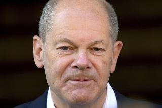 Kandidát na post nemeckého kancelára Sociálnodemokratickej strany (SPD) Olaf Scholz odchádza z volebnej miestnosti v Potsdame počas parlamentných volieb v Nemecku v nedeľu 26. septembra 2021.