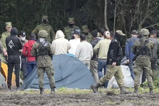 Poľské bezpečnostné sily blokujú migrantov uviaznutých na hranici s Bieloruskom v poľskom Usnarz Górny.