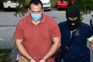 Na snímke zadržaný Pavol Ďurka prichádza v sprievode polície na Okresný súd (OS) Bratislava III, 15. septembra 2021 v Bratislave.
