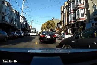 Instantná karma: Pri vyparkovaní muž vodičovi ukázal prostedníček, o pár sekúnd sa mu to vypomstilo